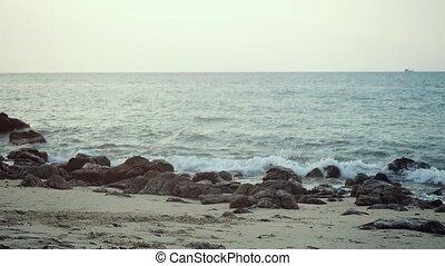 pierre, lent, motion., plage., vagues, rouler, caillou