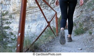 pierre, randonnée femme, randonneurs, voyageur, marche, pieds, piste, appareil photo, sentier, suivre, jambes, mountain., vue