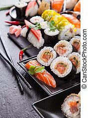 pierre, sushi, morceaux, noir, délicieux, servi
