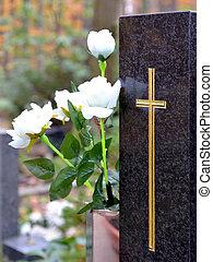 pierre tombale, à, croix, et, blanc, roses