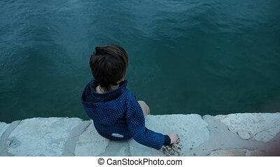 pierres, garçon, peu, séance, eau, outdoors., jetée, jets