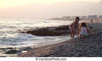 pierres, mignon, jeu, rigolote, garçon, nature, courses, eau, ils, mer, vent, girl, fort, enfants, waves.