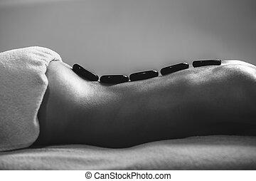 pierres, pierre, femme, spa., obtenir, massage., chaud, noir, spa, blanc, masage