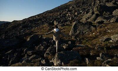 pierres, promenades, inspiré, rêveusement, girl, entouré, montagnes