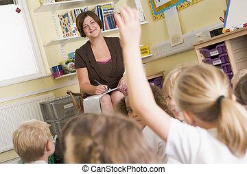 pierwszy plan, zgłaszanie się na ochotnika, klasa, student, focus), (selective, nauczyciel