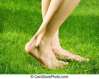 pies, descubierto, mujer, hierba verde