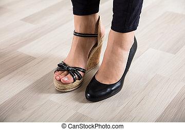 pies, diferente, mujer, dos, calzado