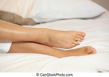 pies, en, un, cama