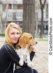 pies gończy, dziewczyna, park, pies, tulenie