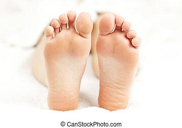 pies, relajado, descubierto
