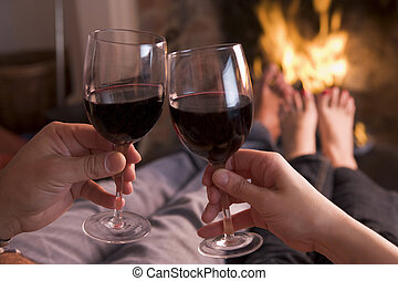 pies, warming, en, chimenea, con, manos, tenencia, vino