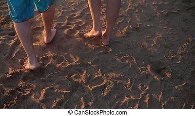 pieszy, boso, para, młody, śliczny, plaża