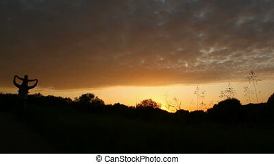 pieszy, córka, ojciec, zawiera, park, plecy, zachód słońca