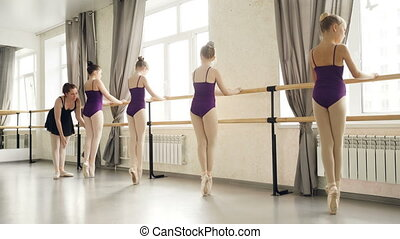 pieszy, choreografia, plie, taniec, teacher., szczupły, dziewczyny, balet, leotards, chodzi na palcach, szkoła, barre, dzierżawa, podczas, klasa, pantofelki