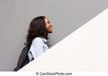 pieszy do góry, amerykanka, kolegium student, afrykanin, schody