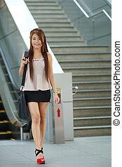 pieszy, kobieta, eskalator, handlowy, młody, przód