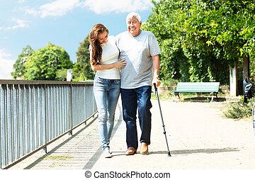 pieszy, kobieta, jej, park, ojciec, pomagając, znowu