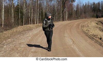 pieszy, kobieta, lorneta, las, używając, droga