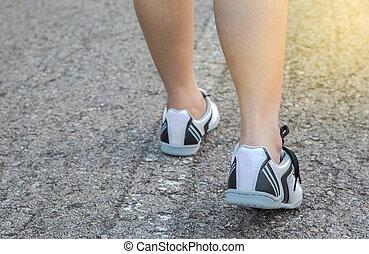 pieszy, kobieta, młody, ciągnąć, stosowność, nogi, droga