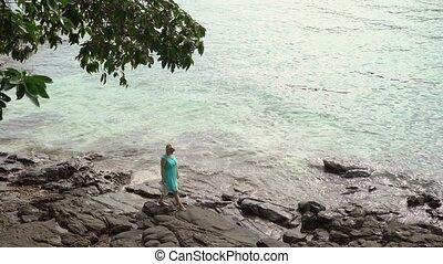 pieszy, kobieta, plaża, skalisty, młody