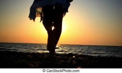 pieszy, kobieta, romantyk, słoneczny, młody, zamazany, skalisty, morze, plaża, zachód słońca, odbicie