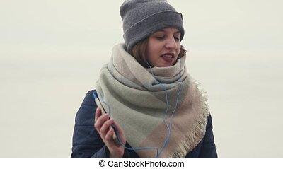 pieszy, kobieta, słuchający, taniec, młody, znowu, muzyka, ładny, outdoors