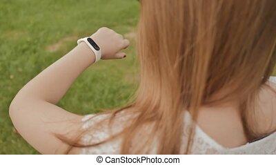 pieszy, lifestyle., ekran, sport., park, dotyka, clock., młody, dotyk, znowu, czynny, dziewczyna, summer., recreation., mądry