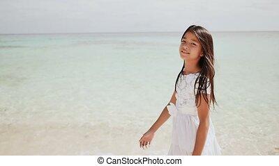 pieszy, plaża., philippine, uroczy, tropikalny, uczennica, scenery., childhood., biały, cieszący się, strój, wzdłuż, piaszczysty