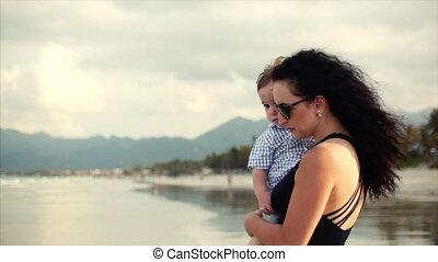 pieszy, rodzina, jej, rodzina, młody, syn, arms., transport, macierz, wzdłuż, seashore., szczęśliwy