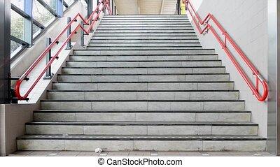 pieszy, schodki do góry