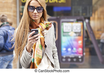pieszy, smartphone, kobieta, modny, młody, ulica