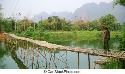 pieszy, turysta, vieng, vang, laos, dziewczyna, bambus, most
