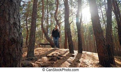 pieszy, video, piękny, uśmiechanie się, na dół, las, kobieta...