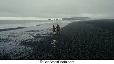 pieszy, wulkaniczny, antena, para, iceland., młody, wyścigi, kobieta, czarnoskóry, szykowny, prospekt, plaża, wave., człowiek