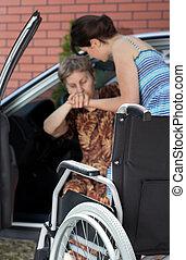 pige, hjælper, disabled kvinde, ydre kom, i, automobilen