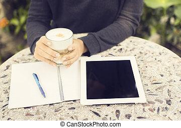 pige, hos, digital tablet, kop kaffe, og, notesbog