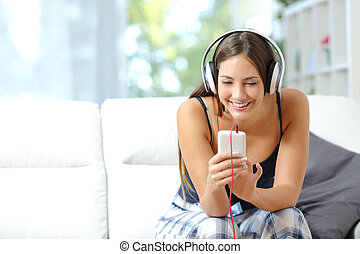 pige, lytte, musik, af, smartphone, hjem hos