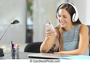 pige, lytte, musik, hos, smartphone, og, hovedtelefoner