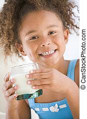 pige, unge, mælk, indendørs, smil, nydelse