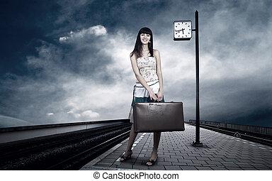 pige, venter, tog, på, den, platform, i, jernbane station