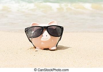 piggy bank, przy sunglasses, na plaży