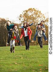 piggyback, ティーンエージャーの, グループ, 友人, 秋, 乗車, 持つこと, 風景