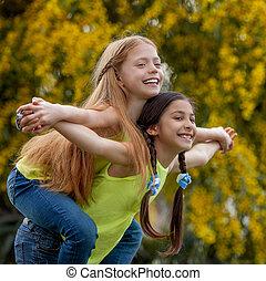 piggyback, 幸せな微笑すること, 子供, 健康