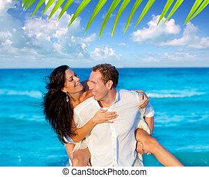 piggyback, praia, par, amor, tocando