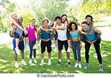 piggybacking, amici, femmina, uomini