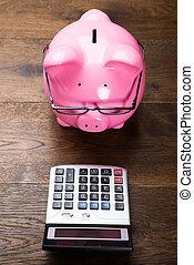 piggybank, con, calculadora, en, tabla