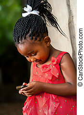 pigtailed, afrikaan, meisje, spelend, met, smart, telefoon.