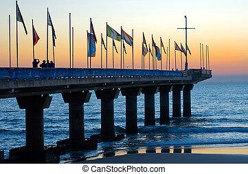 pijler, op, hobie, strand, porto, elizbateh, oostelijk, kaap, zuid-afrika, op, dageraad, op, de, eerst, morgen, van, de, voetbal, wereld kop, helpen, in, dit, land, onlangs, met, een, weinig, toeristen, boeiend, beten, van, de, opstand, sun.