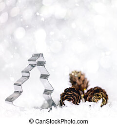 pijnboom, snijder, en, kegel, met, snowflakes, en, sneeuwval