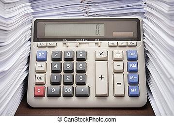 pila, de, documentos, en el escritorio, amontone arriba, alto, con, calculadora, en, escritorio de oficina